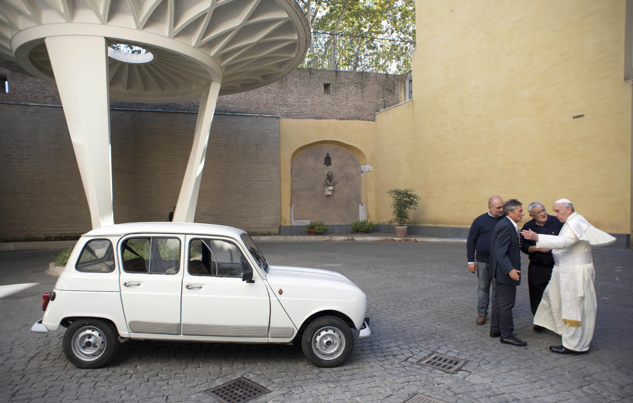 vaticano dopo papa francesco anche i monsignori abbandonano le auto di lusso. Black Bedroom Furniture Sets. Home Design Ideas