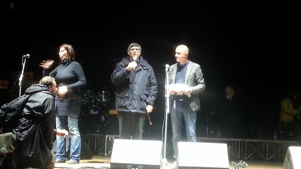 Don Patriciello sul palco