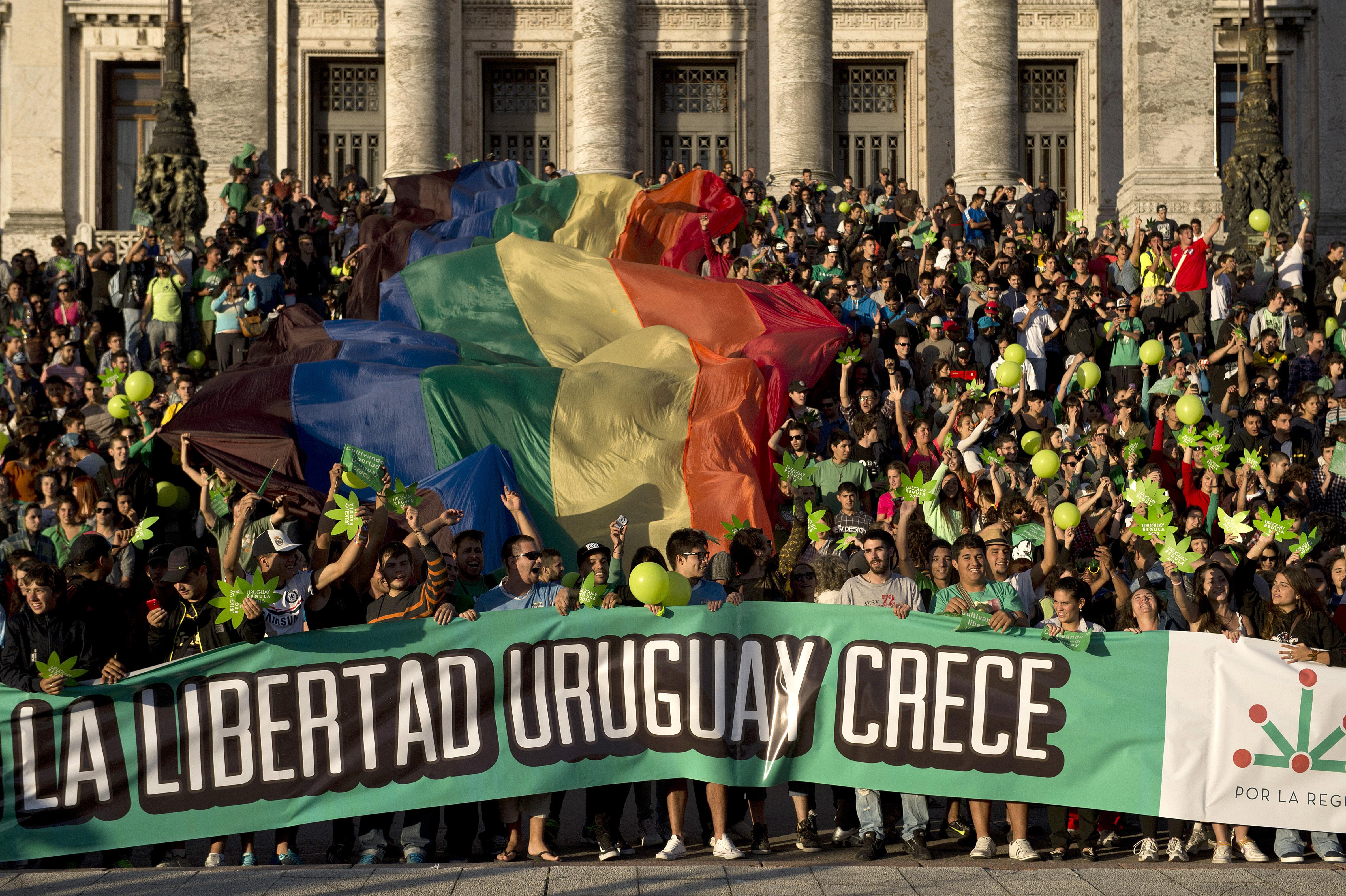 Uruguay: è festa davanti al Parlamento dopo la notizia del sì alla legge che legalizza la marijuana / foto GETTYIMAGES