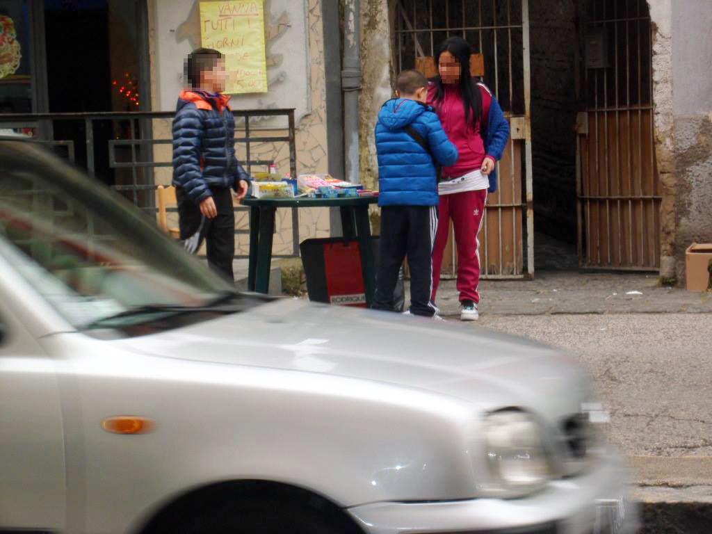 Napoli i bambini che vendono fuochi proibiti in strada a - Dove portare i bambini a napoli ...