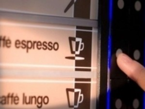 Lecce, pausa caffè mentre lavora ma il distributore esplode: