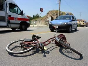 Travolto da un'auto e ricoverato |  gli arriva la multa perché la bici era senza campanello