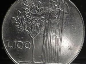 Una rara moneta da 100 lire del 1955