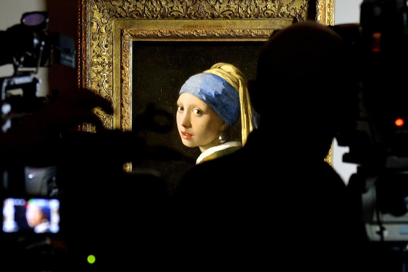La ragazza con l 39 orecchino di perla a bologna tra euforia - La ragazza alla finestra dali ...