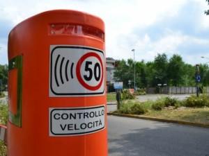 Motociclista fa 125 volte il gesto del dito medio all'autovelox: maxi multa e patente sospesa