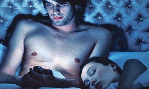 Ecco perché non bisogna tenere il cellulare in camera da letto