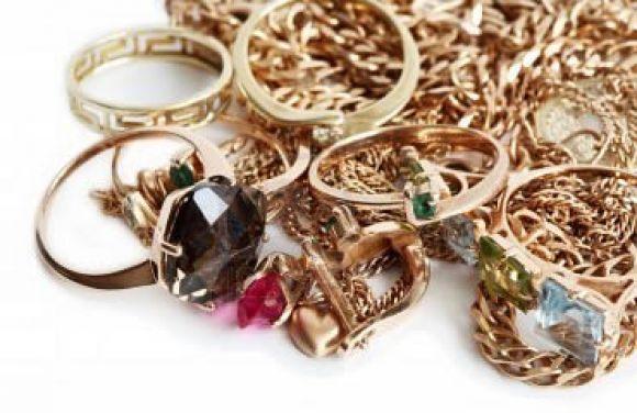 Cassiere trova una valigia con 15mila euro di gioielli e - Porta gioielli fatti in casa ...