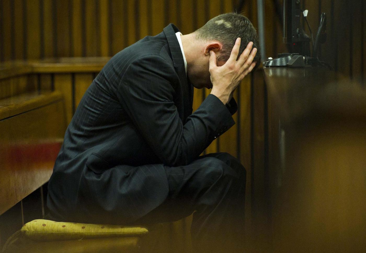 Pistorius al processo non guarda le foto del bagno pieno - Bagno di sangue ...