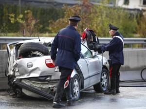 Palermo, ruba un'auto e si schianta. Avvocato lo soccorre e