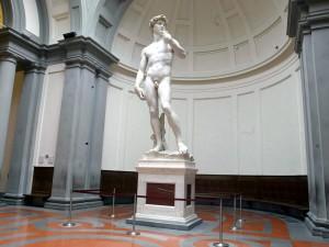 David di Michelangelo in pericolo, micro fratture nelle gambe compromettono struttura