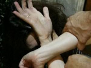 Orrore a Gela: per impedire alla moglie di uscire le spezza le gambe con una sedia