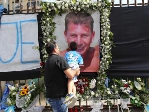In ventimila per i funerali di Ciro Esposito a Scampia