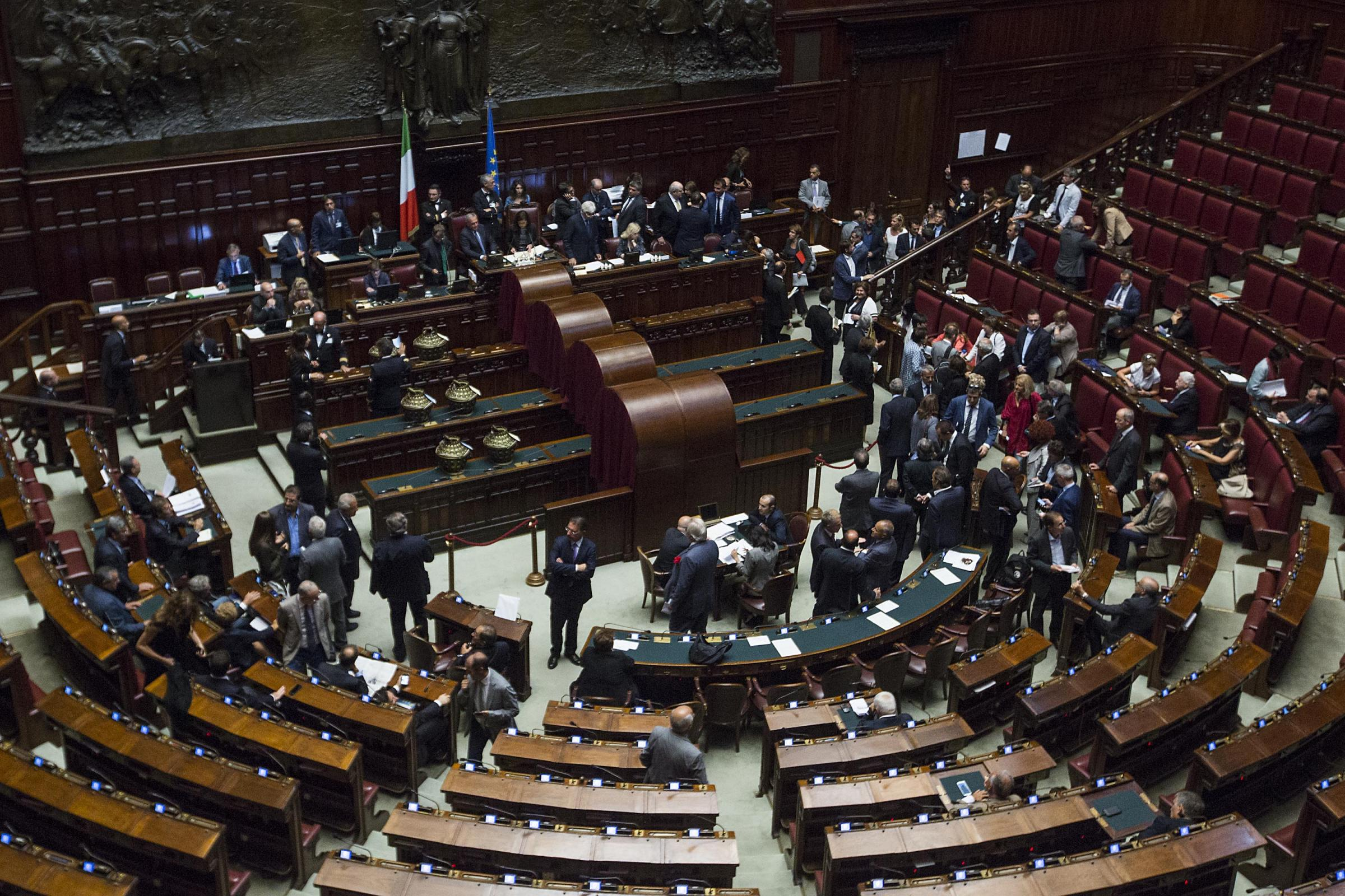 Da camera e senato via libera al taglio degli stipendi dei for Camera e senato differenze