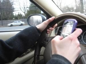 Divieto di fumo alla guida e patente sospesa per chi usa lo