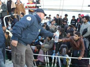 Letti pieni di pulci e cibo di scarto ai bambini migranti: 1