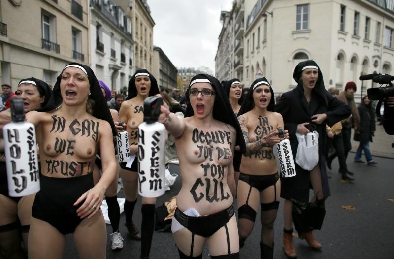 Le Femen per i diritti gay, aggredite a Parigi | Fanpage
