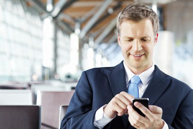"""Smartphone, l'utilizzo continuo genera """"super pollici"""" e modifica il rapporto tra dita e cervello"""