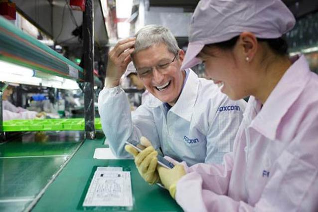 Foxconn, l'azienda che produce gli iPhone licenzia 60 mila dipendenti e li sostituisce con i robot