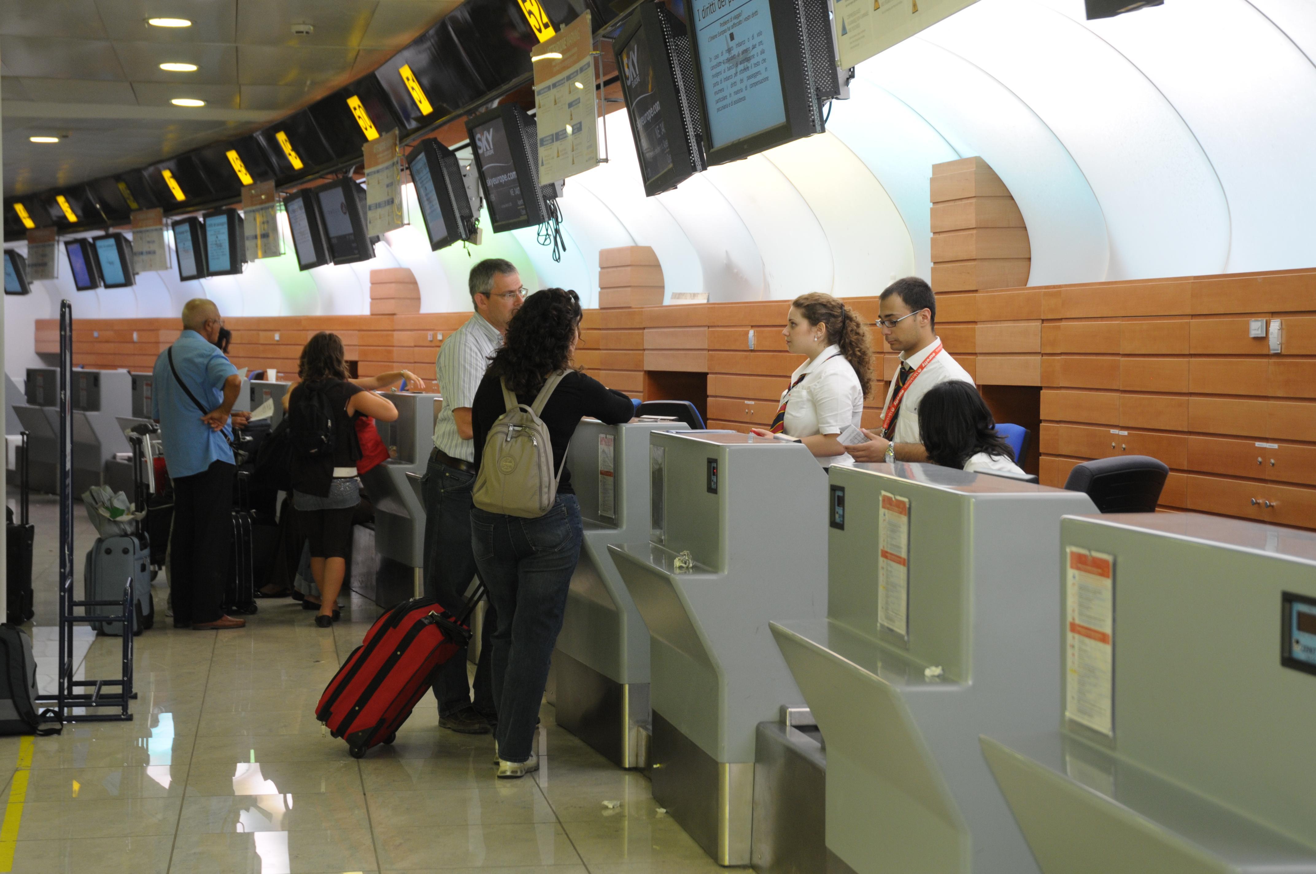 Cosa portare in aereo e cosa lasciare nella stiva sui voli - Ryanair cosa si puo portare nel bagaglio a mano ...