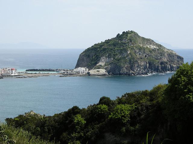 10 spiagge speciali in italia per il 1 maggio - Bagno italia ischia ...