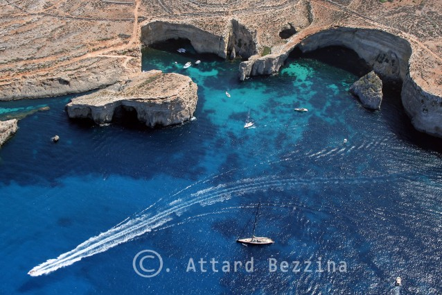 Cosa vedere e come arrivare all'incantevole isola di Comino (FOTO)