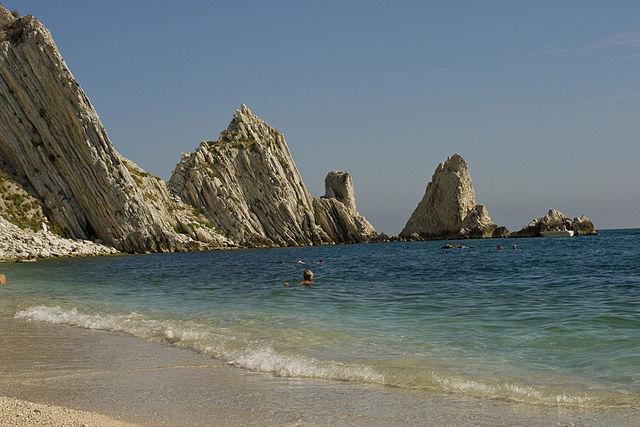 Sirolo, spiaggia delle Due Sorelle [Foto di Wikimedia Commons]