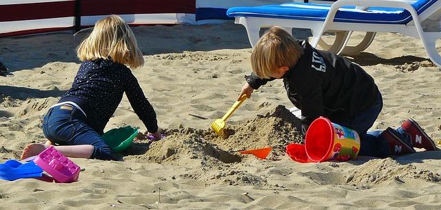Bambini piccoli in vacanza: ci si diverte con tutto e spendendo poco (Foto di cocoparisienne).