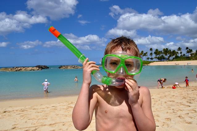 Vacanze al mare con i bambini: l'acqua è il primo divertimento.