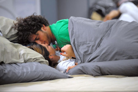 Grande fratello 11 pietro e guenda a letto scoppia la - Fratello e sorella a letto insieme ...