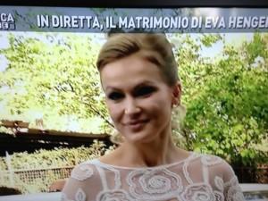 Eva Henger sposa il produttore Massimiliano Caroletti, in diretta televisiva per Domenica Live. Tra gli invitati Annalisa Minetti e Tomas Milian.