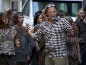 """La produzione di The Walking Dead apre le porte alla sua Zombie School e mostra come si diventa un perfetto """"non-morto"""". Si sono presentati in 6000 alle audizioni, ne hanno scelto 200."""