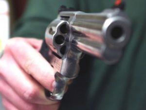 Litiga con il vicino di casa e gli spara tre volte: arrestat