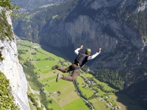 Trentino, si schianta con il paracadute: base jumper di 47 a