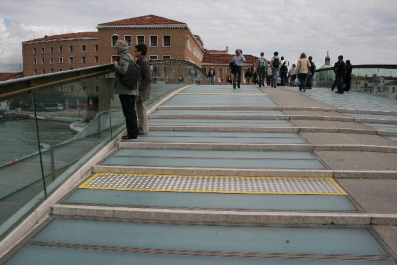 venezia il comune pronto a sostituire i gradini di vetro