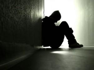 Stuprano la fidanzata davanti a lui |  il giorno dopo 19enne si suicida