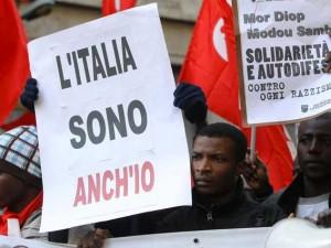 """Insulti razzisti a Torino: """"Sono italiano e sto telefonando."""