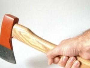 La rapina va a finire male: colpi di accetta contro il negoz