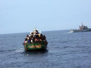 Migranti, un barcone si scontra con nave della Guardia costi
