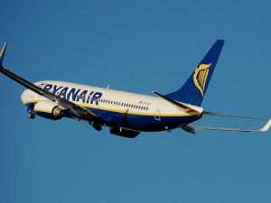 Bimbo sputa in faccia ai passeggeri su un volo Ryanair: i genitori lo lasciano fare