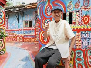 Salva il suo villaggio dalla demolizione con l'arte. La storia del nonno Arcobaleno
