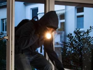 Picchiare un ladro che ci ha appena derubato è reato: ecco p