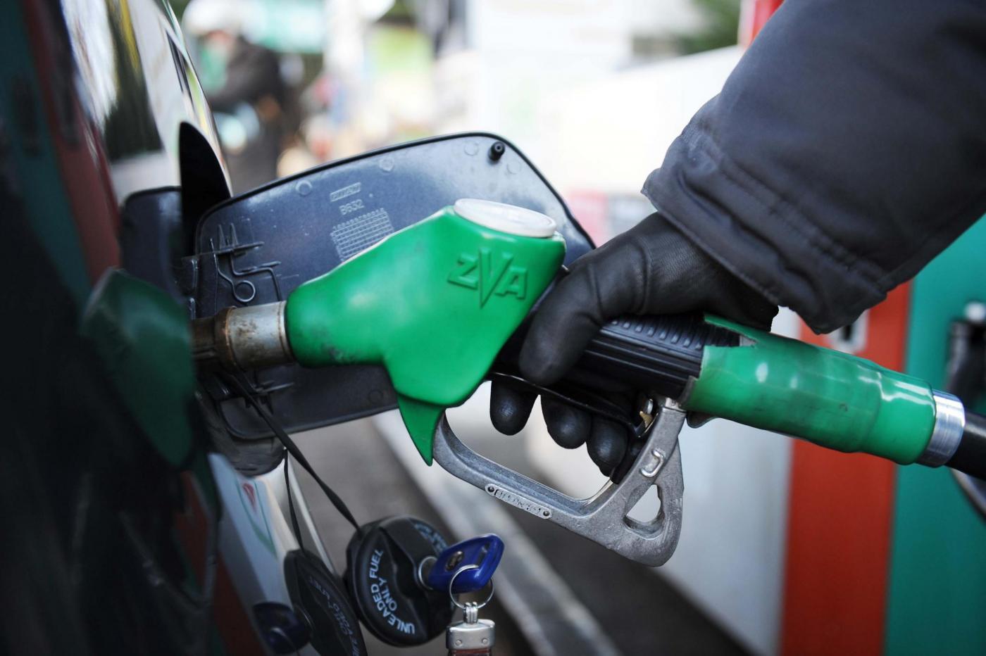 """L'annuncio del governo: """"Arriva il taglio delle accise sulla benzina"""""""