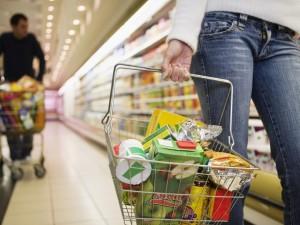 Istat, crescono i consumi delle famiglie. Resta il divario N