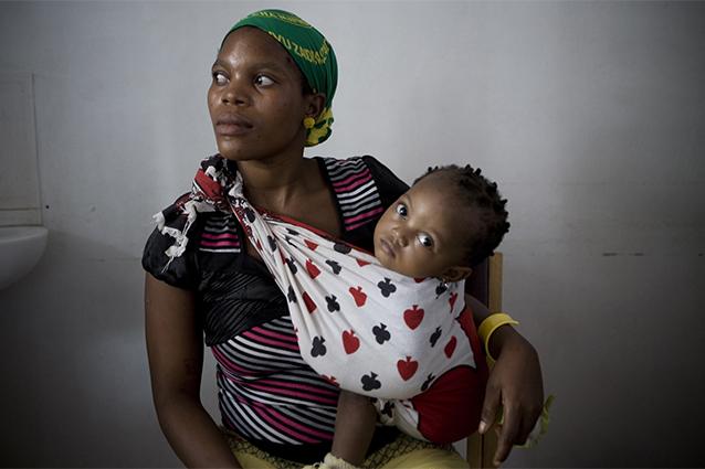 Margaret, 24 anni, con la figlia. Uno dei tanti tristi casi di trasmissione madre–figlia dell'Hiv (Foto Siegfried Modola/AFP/Getty Images).