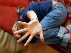 Fabriano, picchiava e umiliava i bambini a scuola: maestra a