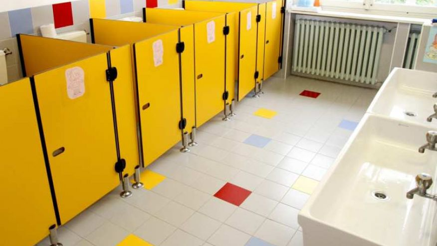Padova il bimbo si sente male e sporca il bagno bidella costringe il fratello a pulire - Pompino in bagno scuola ...