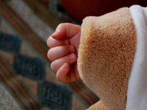 Trovato dal papà con la testa intrappolata nel lettino: Oliver è morto per asfissia a 7 mesi