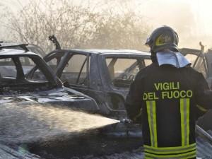 Incubo piromane a Torino: nella notte incendiate 17 auto par