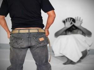 Pedofilia a Viareggio, arrestati tre uomini: hanno abusato d