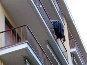 """""""C'è un braccio che penzola dal terrazzino"""", agenti trovano donna morta in casa a Venezia"""